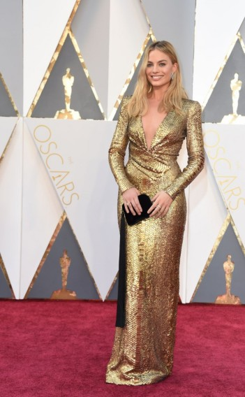 Margot Robbie usando vestido Tom Ford.
